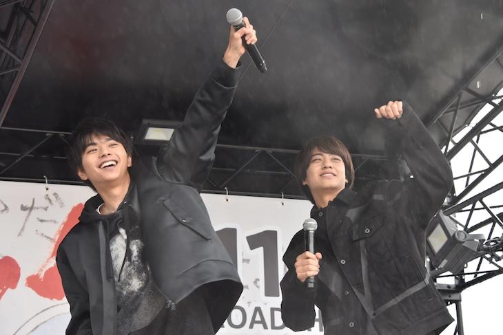 高校生たちをあおる佐藤勝利(左)と高橋海人(右)。
