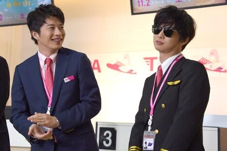 サングラス姿で登場した千葉雄大(右)を見て笑う田中圭(左)。