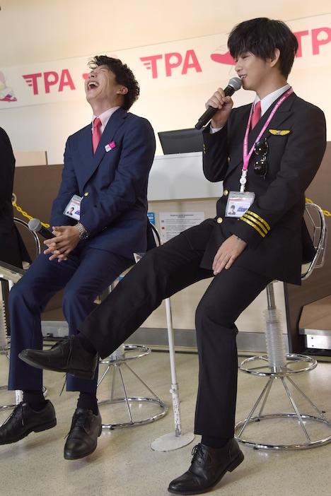 「こたつの中で乳繰り合う」シーンを再現する千葉雄大(右)と、それを見て笑う田中圭(左)。