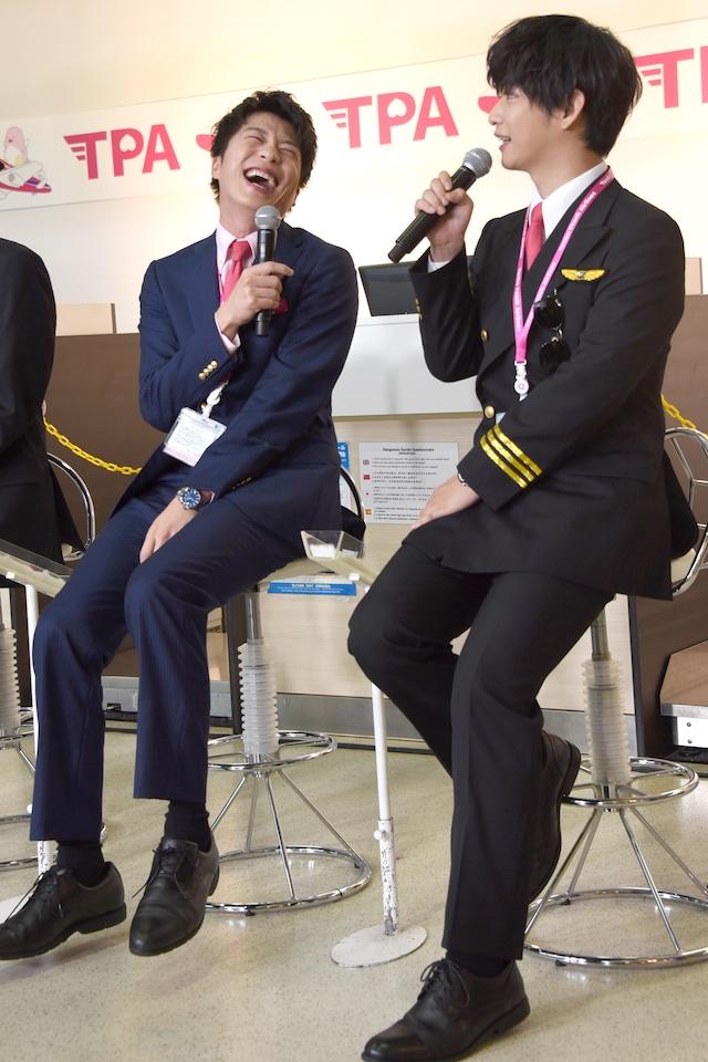 千葉雄大(右)の「こたつの中で乳繰り合う」シーンの再現に笑いが止まらない田中圭(左)。