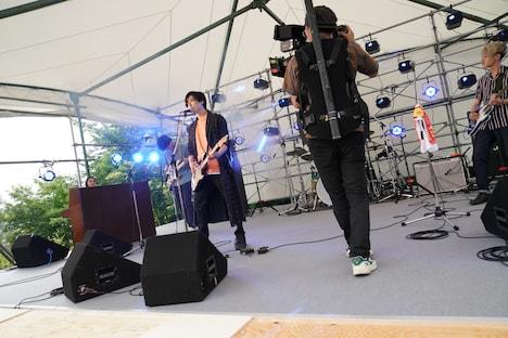 「サヨナラまでの30分」メイキング写真より、新田真剣佑(左)。