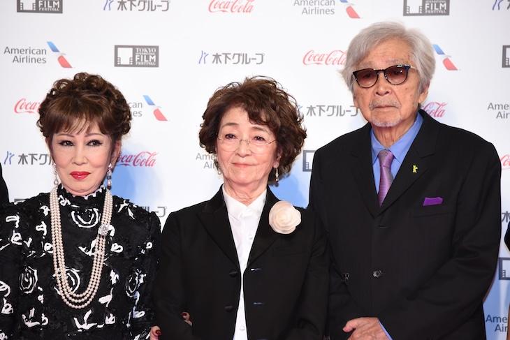 左から浅丘ルリ子、倍賞千恵子、山田洋次。