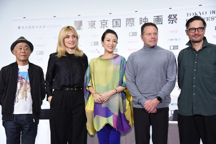 第32回東京国際映画祭コンペティション部門審査委員記者会見の様子。左から廣木隆一、ジュリー・ガイエ、チャン・ツィイー、ビル・ガーバー、マイケル・ノアー。