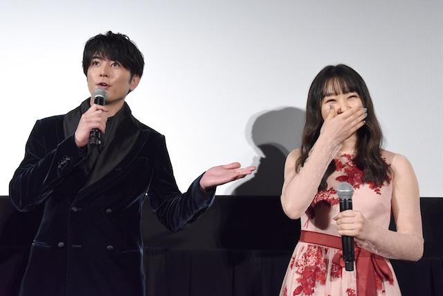 緊張していることを間宮祥太朗(左)に暴露された桜井日奈子(右)。