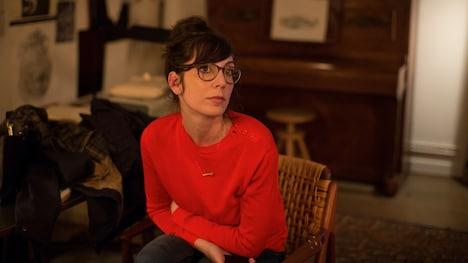 「冬時間のパリ」より、ノラ・ハムザウィ演じるヴァレリー。