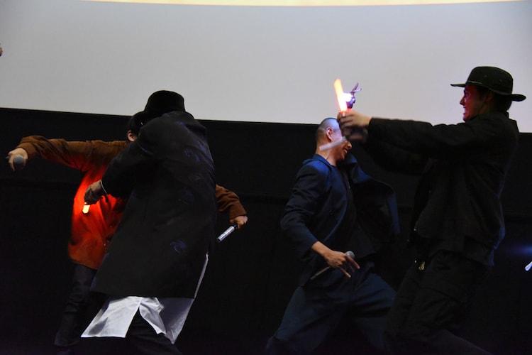 サイリウムで登壇者たちを斬っていく鈴木昂秀(左手前)と龍(右手前)。