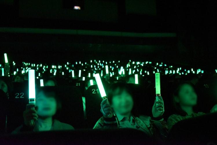 応援上映中、まっすぐなきゅうりを表現する観客たち。
