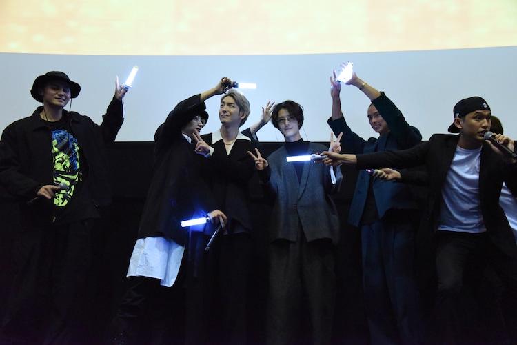 前田公輝(中央左)と塩野瑛久(中央右)を照らす登壇者たち。
