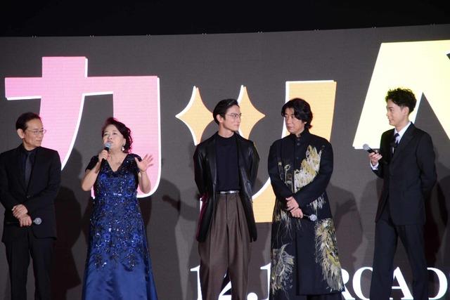 話し続ける渡辺えり(中央左)を止めようと、俳優陣がアイコンタクトする様子。