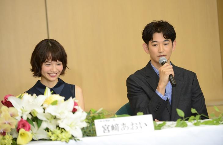 「あしたの家族」製作発表会見の様子。左から宮崎あおい、瑛太。