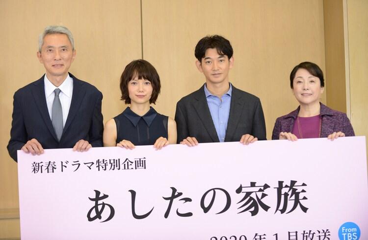 左から松重豊、宮崎あおい、瑛太、松坂慶子。