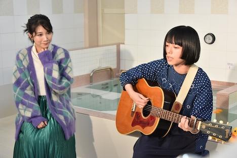 「光の方へ」を歌うカネコアヤノ(右)と、隣で聴く松本穂香(左)。