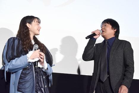 モトーラ世理奈(左)をいじった星田英利(右)。