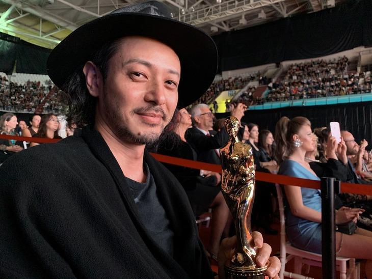 第56回アンタルヤ国際映画祭授賞式でトロフィーを受け取ったオダギリジョー。
