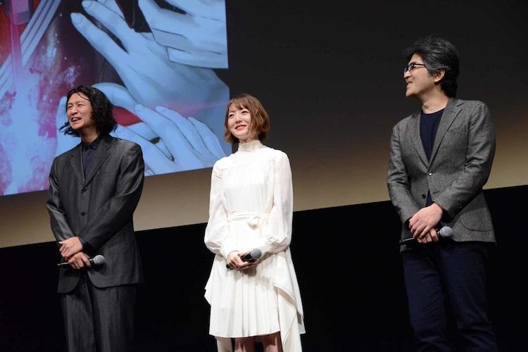 左から冲方丁、花澤香菜、木崎文智監督。