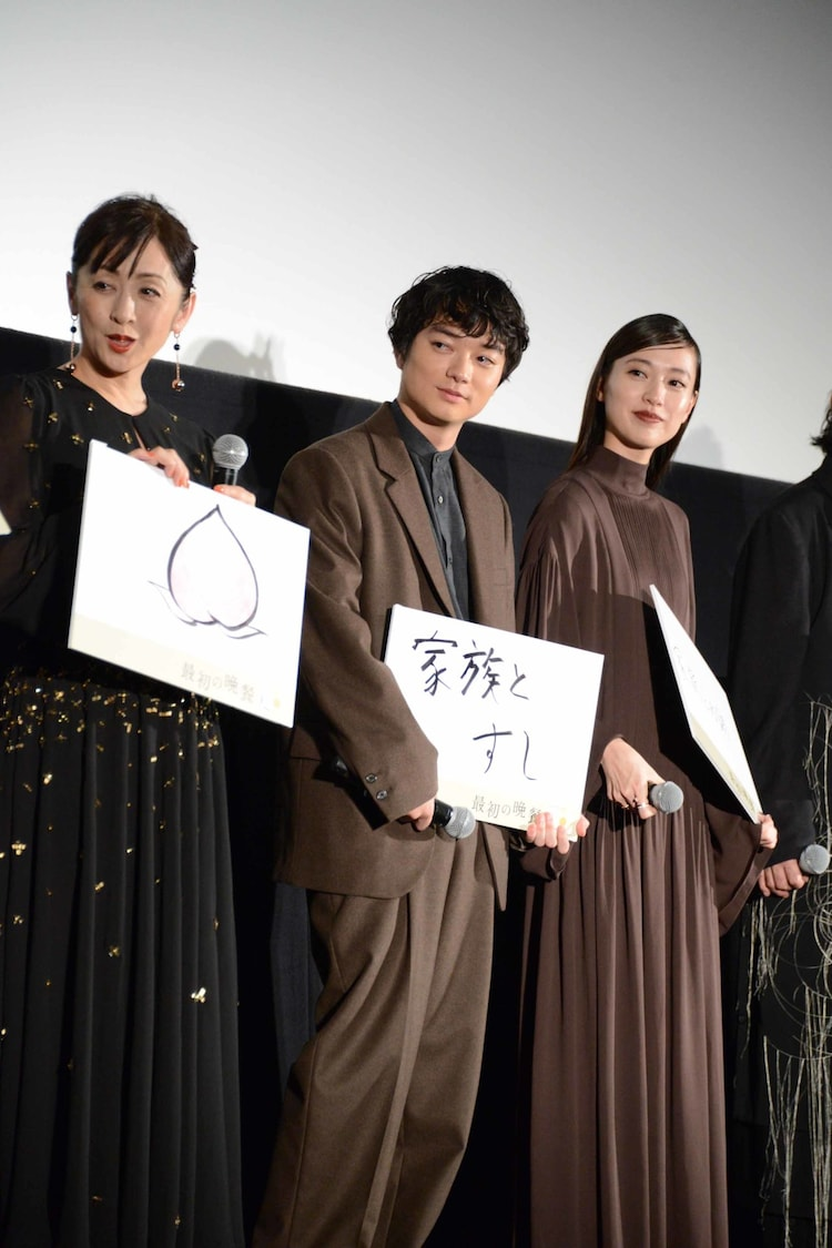 左から斉藤由貴、染谷将太、戸田恵梨香。