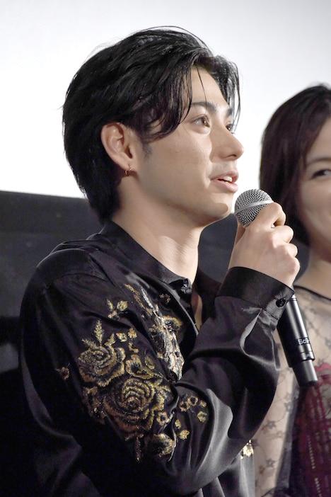 本日の衣装について、三木康一郎から「闘牛士みたい」と言われたという村上虹郎。