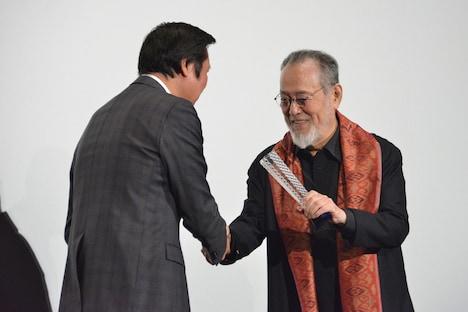 第32回東京国際映画祭のフェスティバルディレクター・久松猛朗(左)からトロフィーを受け取る仲代達矢(右)。