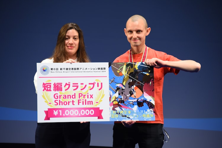 左から国際審査員のジャネット・ボンズ、短編グランプリを受賞したトマーシュ・ポパクル。