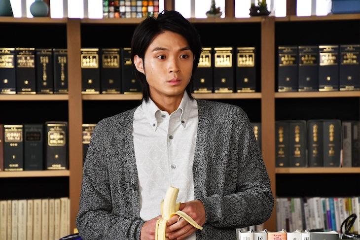 「まだ結婚できない男」第6話より、磯村勇斗演じる矢野亮介。