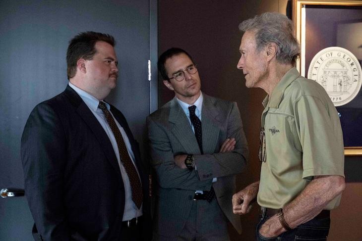 「リチャード・ジュエル」メイキング写真。左からリチャード・ジュエル役のポール・ウォルター・ハウザー、弁護士ワトソン・ブライアント役のサム・ロックウェル、監督のクリント・イーストウッド。