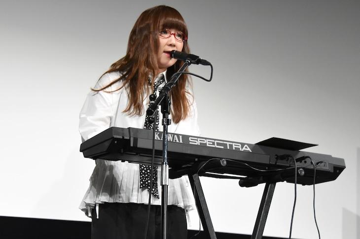 主題歌「はなびら」を歌う奥華子。