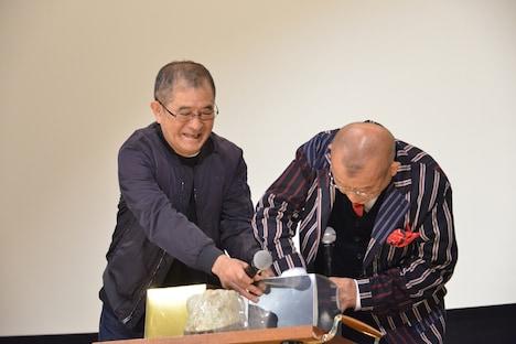 平山秀幸(左)と抽選を行う笑福亭鶴瓶(右)。