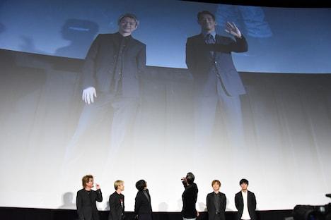 スクリーンに映し出された大阪会場の今市隆二(左)と小林直己(右)。
