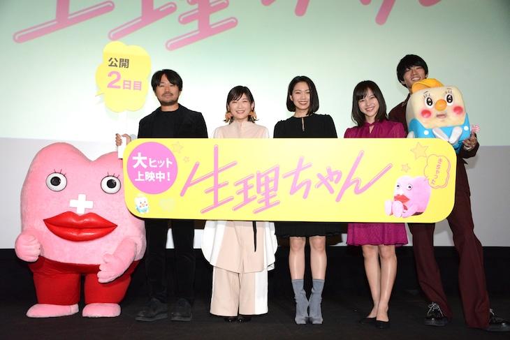 「生理ちゃん」公開記念舞台挨拶の様子。左から生理ちゃん、品田俊介、伊藤沙莉、二階堂ふみ、松風理咲、須藤蓮。
