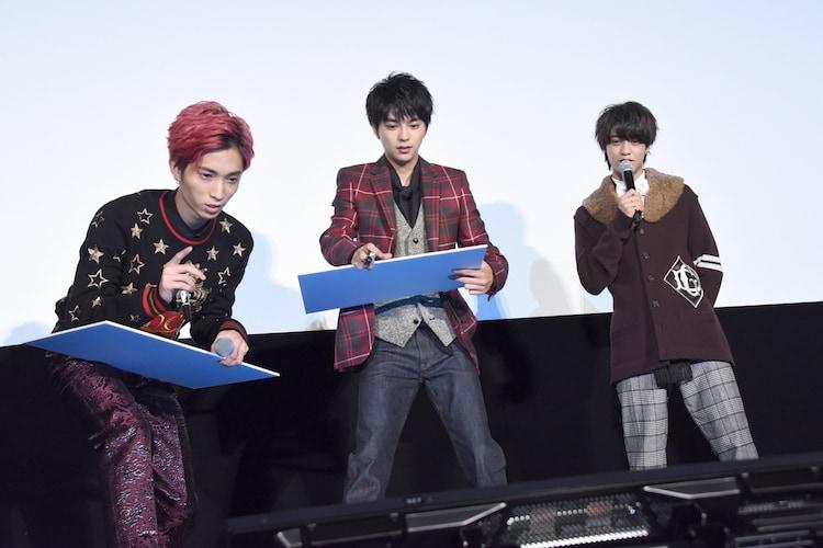 「ブラック校則」公開記念舞台挨拶で行われた、数字記憶対決の様子。左から田中樹、佐藤勝利、高橋海人。
