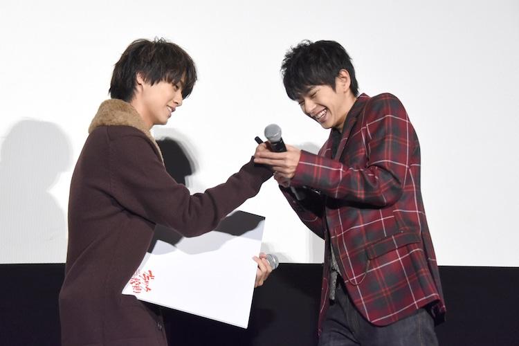 ペンのふたが開かず、佐藤勝利(右)に助けてもらう高橋海人(左)。