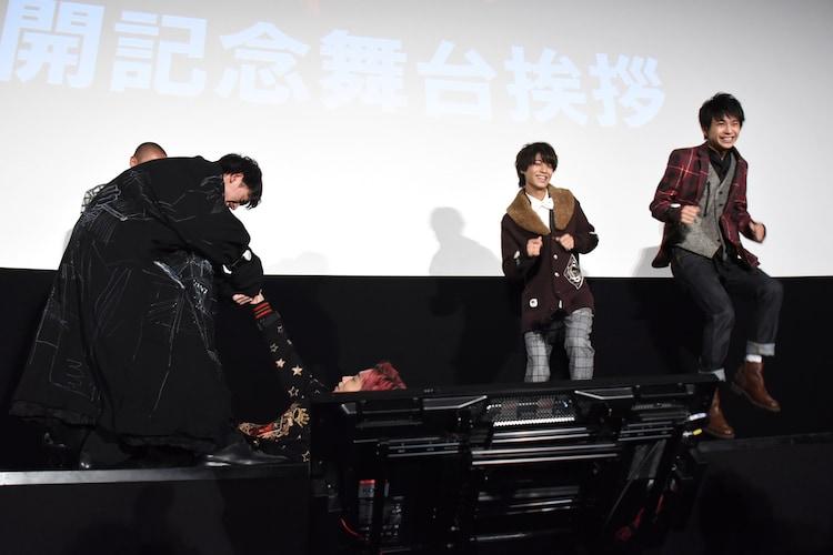 ダンス対決の様子。ステージに寝転び、メンバーに手足を振ってもらう田中樹(左から3人目)と、真面目にダンスをする高橋海人(左から4人目)、「麒麟の子」の振り付けを織り込みながら踊る佐藤勝利(左から5人目)。
