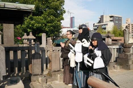 大石内蔵助の墓参りをする中村義洋(左)、堤真一(中央)、岡村隆史(右)。