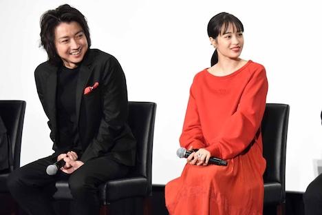 声優陣の話を興味津々で聞く藤原竜也(左)と広瀬すず(右)。