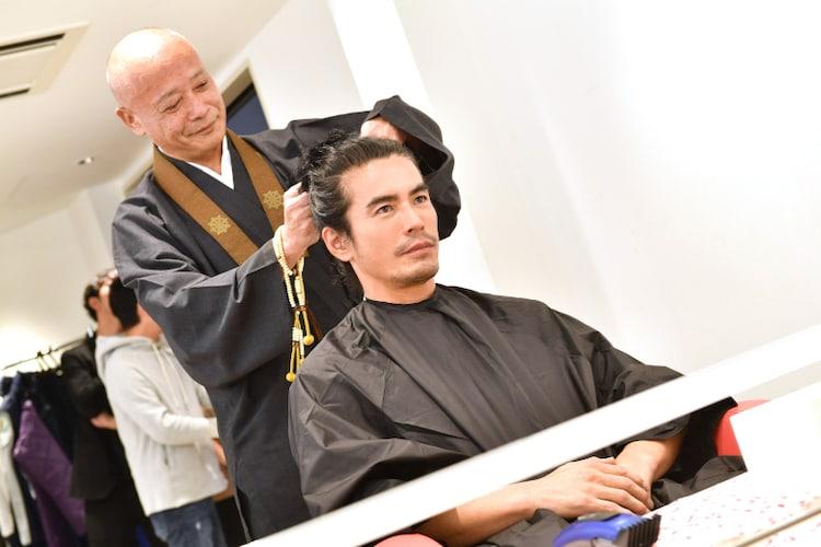 髪を切ってもらう伊藤英明。