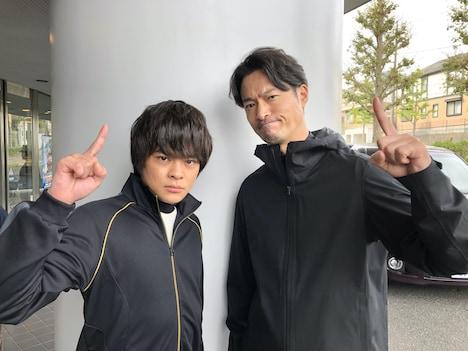 左から、西崎颯真役の今井悠貴と、ファイター田中役の前川泰之。