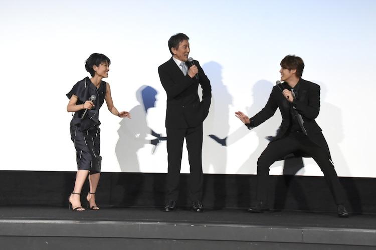 役所広司(中央)の演技への感想を問われ、うろたえる宮野真守(右)と沢城みゆき(左)。