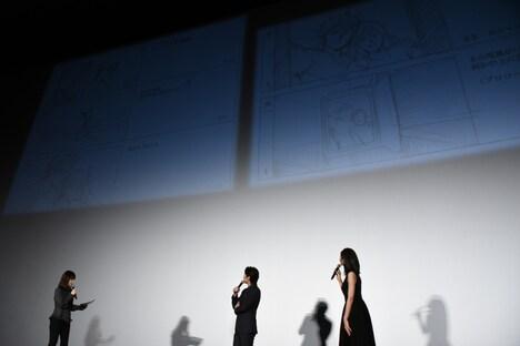 スクリーンに映し出された絵コンテを眺めるディーン・フジオカ(中央)と、松下奈緒(右)。