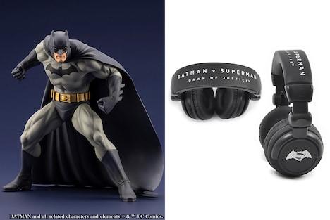 「DC映画 クイズキャンペーン」の賞品。左からARTFX+バットマン HUSH(発売元:コトブキヤ)、「バットマン vs スーパーマン ジャスティスの誕生」ヘッドフォン。