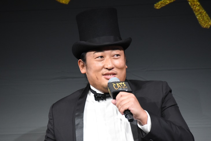 映画「キャッツ」制作発表会に登壇したロバート秋山。