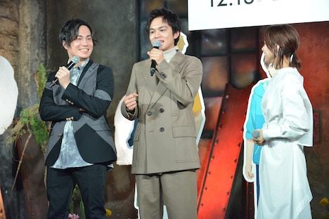 左から鈴木達央、北村匠海、芳根京子。