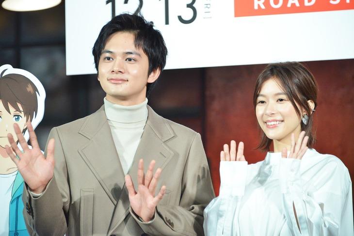 手を振る北村匠海(左)、芳根京子(右)。