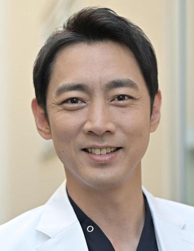 「病院の治しかた~ドクター有原の挑戦~」より、有原修平役の小泉孝太郎。