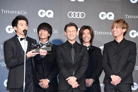岸優太(左端)の斜め方向へのお辞儀を見て、思わず笑うKing & Princeメンバー。