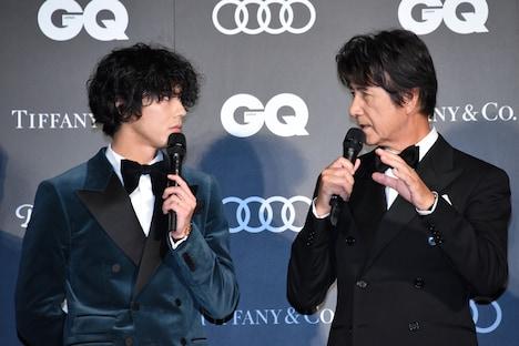 賀来賢人(左)にアドバイスをする草刈正雄(右)。