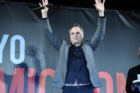 ファンに手を振るマーク・ラファロ。