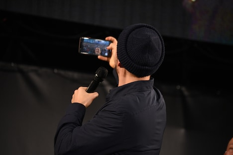 ファンと一緒に写真を撮るオーランド・ブルーム。