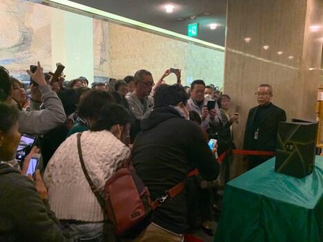 賞状とトロフィーを撮影しようと集まったファン。