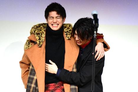 鈴木勝大(右)にボディラインを確認される片寄涼太(左)。