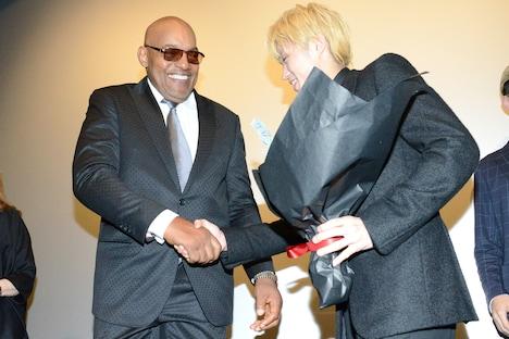 ケン・フォリー(左)と握手を交わす磯村勇斗(右)。